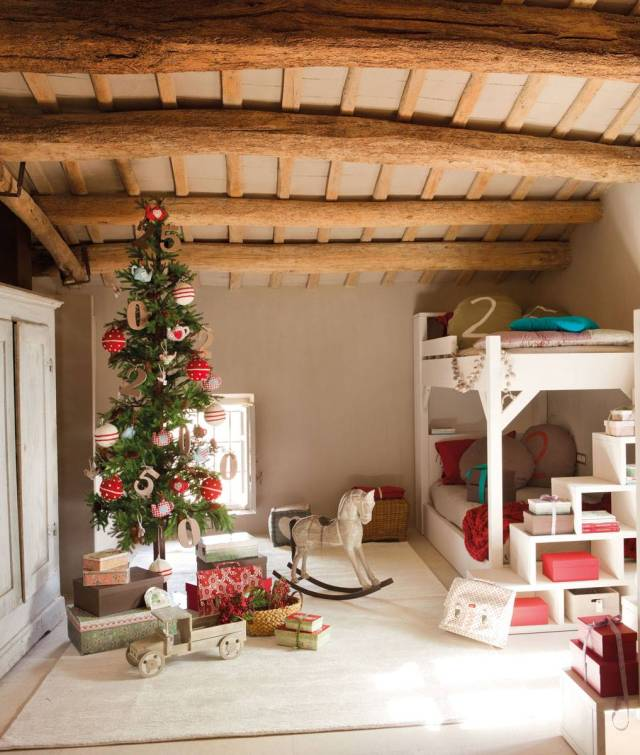 Cameretta dei bambini con decorazioni natalizie
