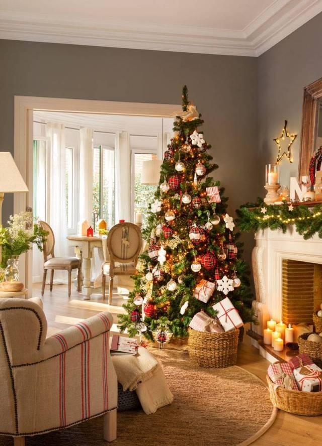 Soggiorno con decorazioni natalizie rosso, bianco e verde