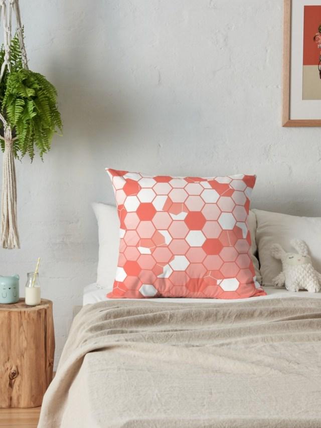 Cuscino Living Coral abbinato a colori neutri in camera da letto