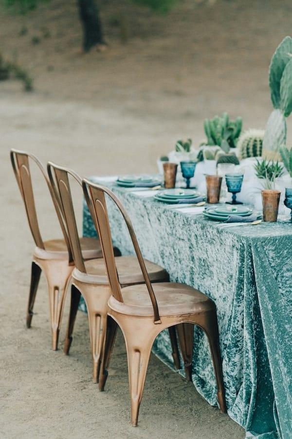 Decorazione tavola invernale con tovaglia di velluto