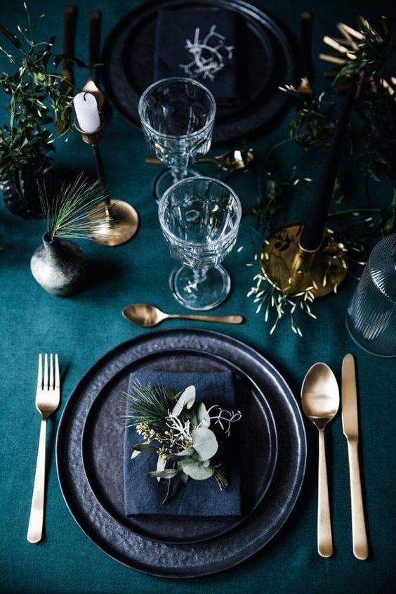 Una tavola naturale dai toni del blu, verde e oro