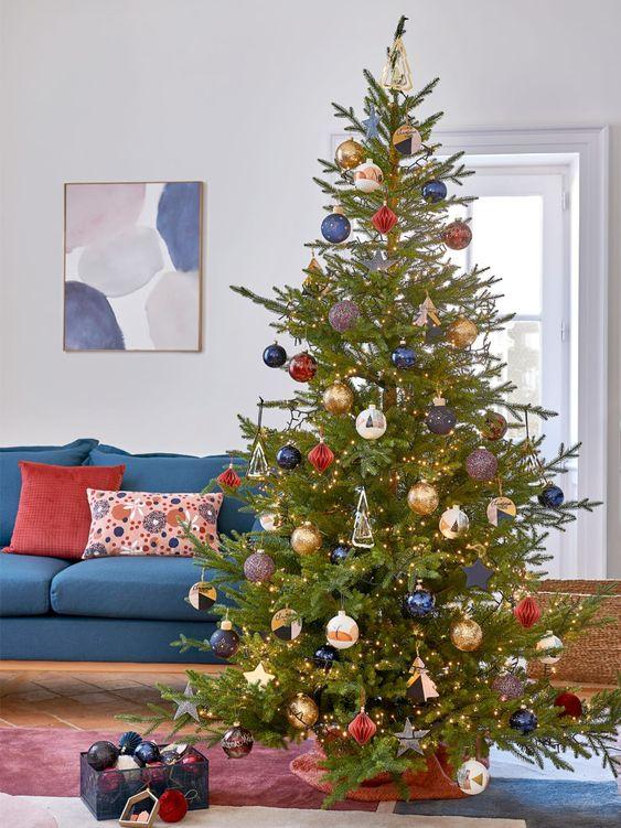 Albero di Natale con decorazioni blu e rosa