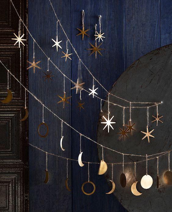 Ghirlande natalizie con stelle dorate ed il ciclo della luna