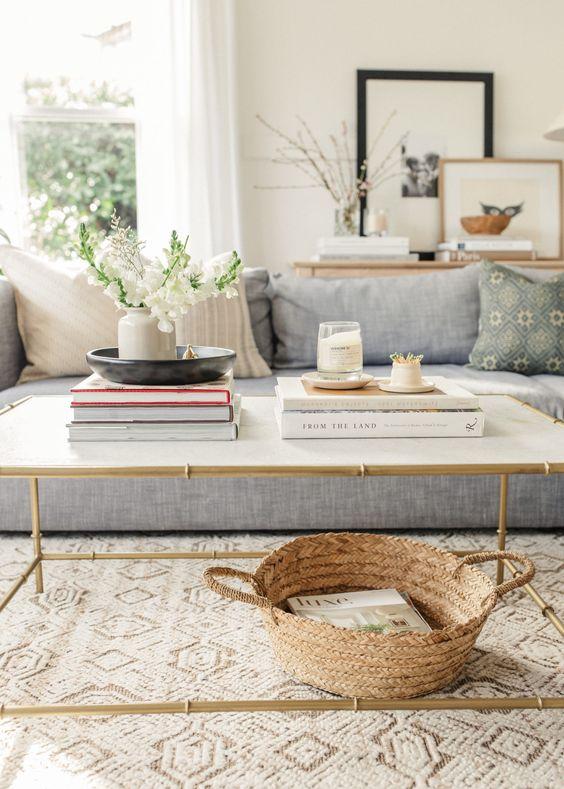 Coffe table decorato con libri