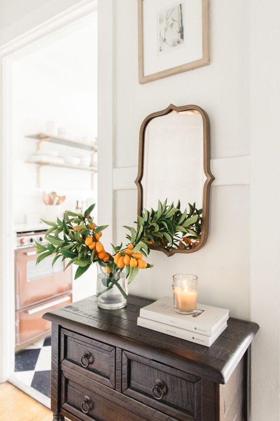 Lo specchio aggiunge interesse e luce a questo angolo di casa