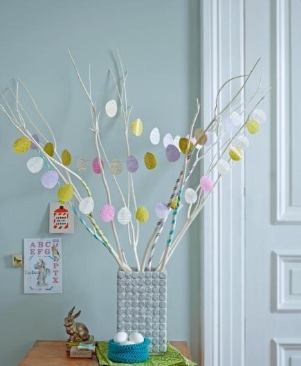 Albero di Pasqua con ghirlanda di uova di carta