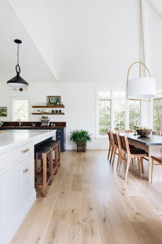 Cucina bianca e legno su open space