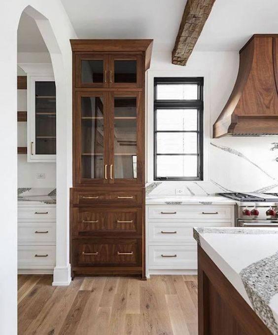 Mobile in legno integrato alla cucina