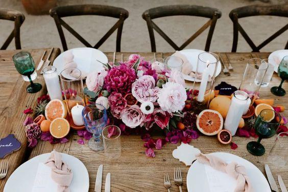 Fiori e frutti succosi per il centrotavola del matrimonio estivo