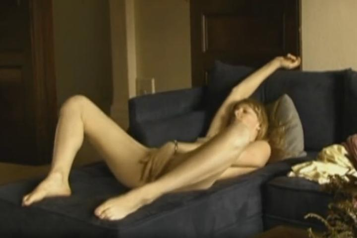 Geile vrouw, alleen thuis en onverzadigbaar, is hard aan het masturberen