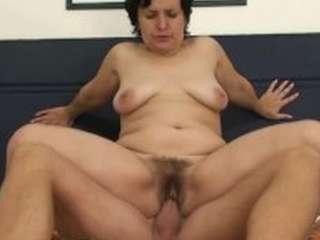 Schoonmoeder met grote borsten heeft sex met schoonzoon