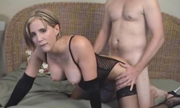 Amateur echtgenote in sexy lingerie, wordt geneukt, man kijkt toe