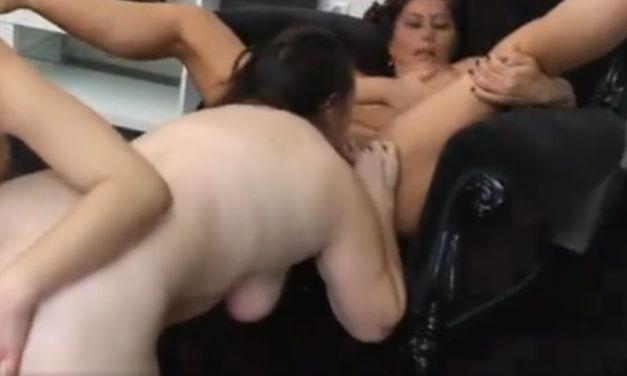 Moeder en dochter hebben lesbische seks met de beste vriendin van de moeder