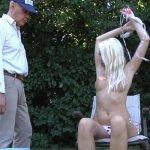 Oude man heeft sex met knappe jonge vrouw in het park
