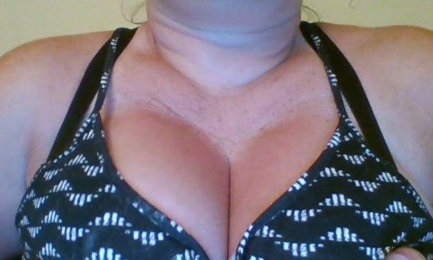 Amateur vrouw is met haar enorme tieten aan het spelen voor de webcam