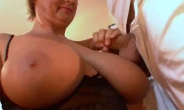 Geile oma wil dat jongeman over haar grote tieten klaarkomt