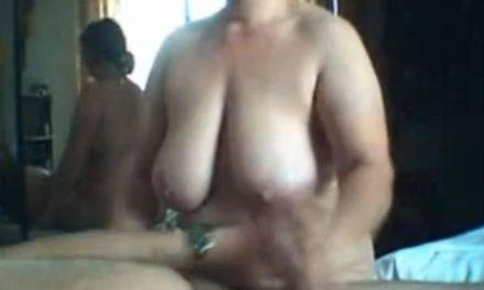 Aftrek oma met dikke hangtieten zorgt dat haar buurman klaarkomt