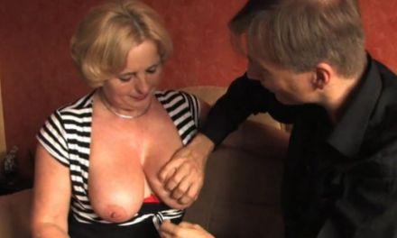 Hij heeft sex met zijn oude lerares, eindelijk komt hij over haar tieten klaar