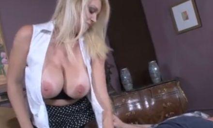Blonde schoonmoeder met grote borsten neukt haar schoonzoon