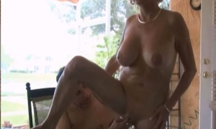 Knappe oudere tante, grote borsten, heeft seks met haar neef