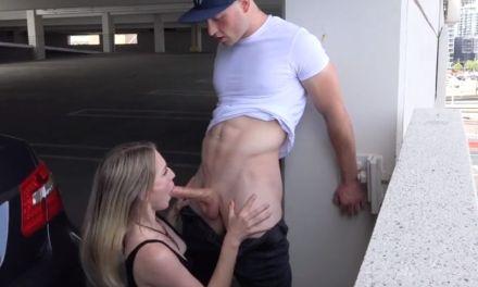 Lekkere vriendin pijpt haar vriend een openbare parkeergarage