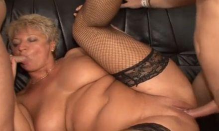 Mature vrouw met dikke hangtieten heeft twee grote pikken nodig