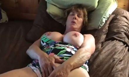 Mature milf met grote tieten aan het masturberen