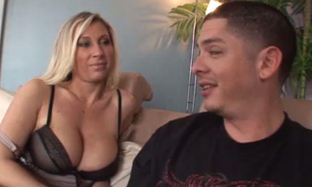 Tante laat haar grote tieten zien en heeft seks met haar neef