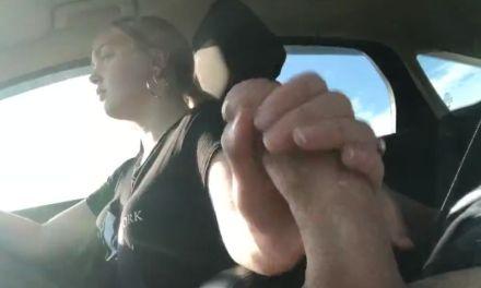 Ze is hem aan het aftrekken in de auto, terwijl ze rijdt