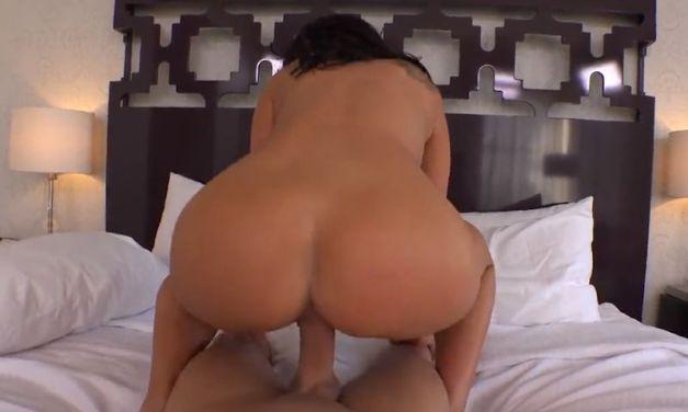 Latina Milf met grote borsten wordt in haar kontje geneukt