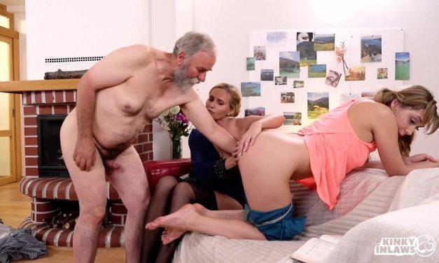 Stiefvader heeft sex met geile moeder en dochter