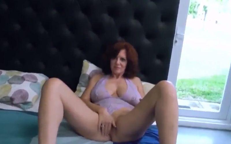 Stijlvolle oma belt roomservice en hoeft niet meer te masturberen