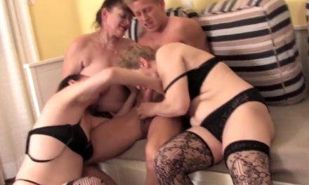 Drie rijpe amateur vrouwen hebben geile sex met een jonge man