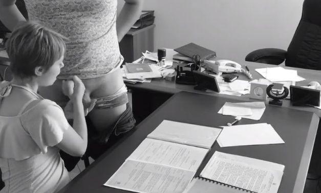 Baas neukt met zijn secretaresse, hij neemt het op met de webcam