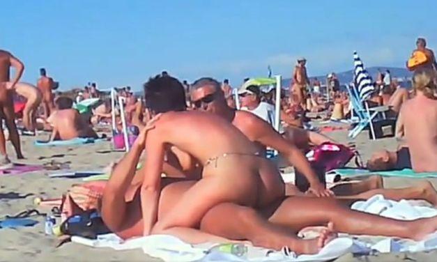 Geile sex op het naakstrand, Cap D'agde, mannen en vrouwen kijken toe