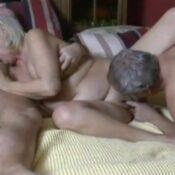 Duitse oma heeft seks met twee buurmannen