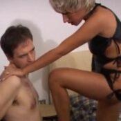Knappe tante, dominante dame, geeft sexles aan haar neef