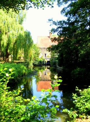 On a perfect summer's day in Oxford I came across this little mill, reflected in the rippling water. https://amaviedecoeurentier.wordpress.com/2014/12/16/quiet-reflection-2/