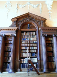 If only Ikea offered bookcases such as these at Christchurch College Oxford. The original library steps by Chippendale is a nice extra touch n'es pas? Thankfully my digital camera's flash did not damage the first edition of Newton's 'Principia Mathematica'.