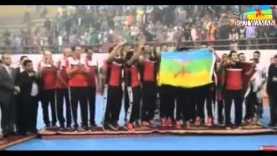 JoueurS Égyptiens de l'équipe Ezzamalik brandit le drapeau Amazigh au championnat d'Afrique 2015