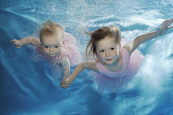 Resultado de imagen para baby diving in swimming pool
