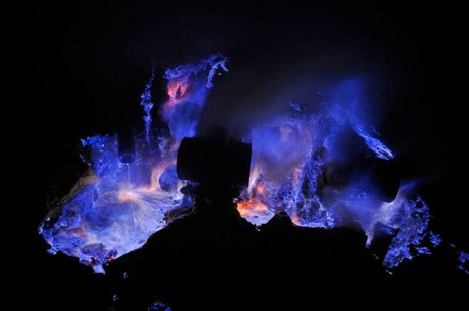 Volcanoes in Indonesia that emit blue and purple lava
