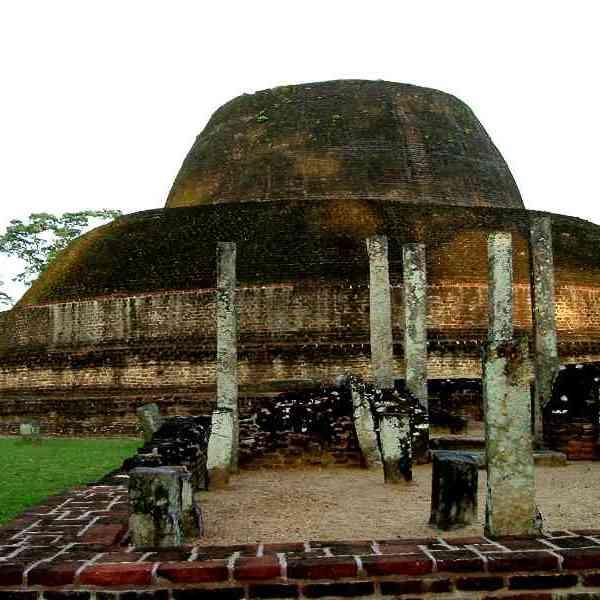 Pabalu Vehera and the ruins surrounding it