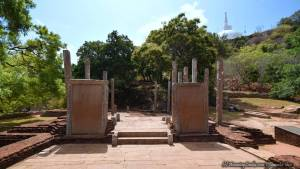 Relic House and the Inscription of King Mahinda IV - 4වන මිහිඳු රජුගේ මිහින්තලේ පුවරු ලිපි