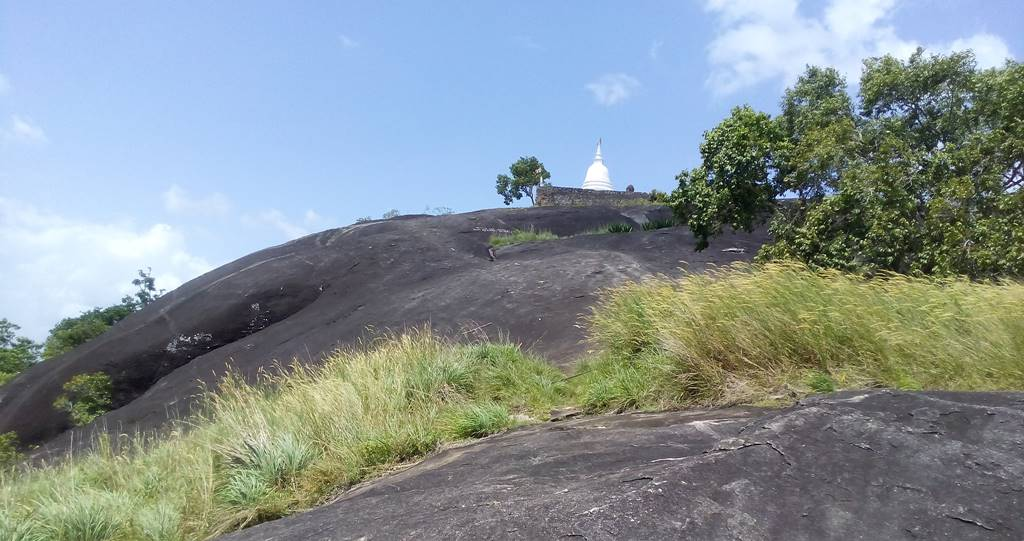 Stupa at the summit - Seelawathi Rajamaha Viharaya