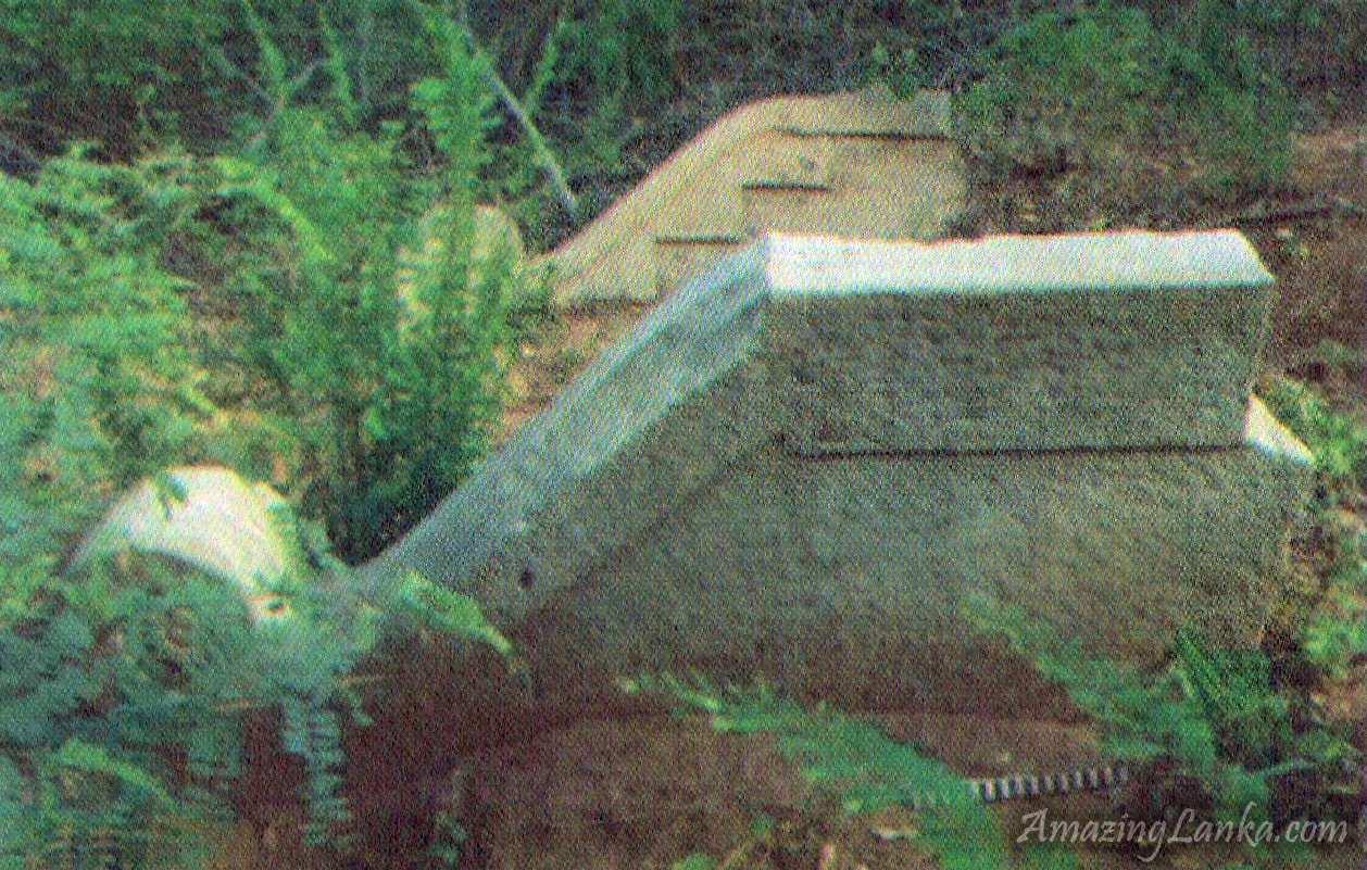 ඔඩ්ඩුසුඩාන් මුතියංකට්ටුකුලම බෞද්ය නටබුන් අතර සරල කැටයමකින් යුත් කොරවක්ගල් යුගලය - Muthiyankaddukulam Buddhist Archaeological Ruins in Oddusuddan, Mulativu