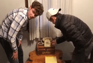 A Viral Video SHows Teens Can't Figure Out How To Use Rotary Phone