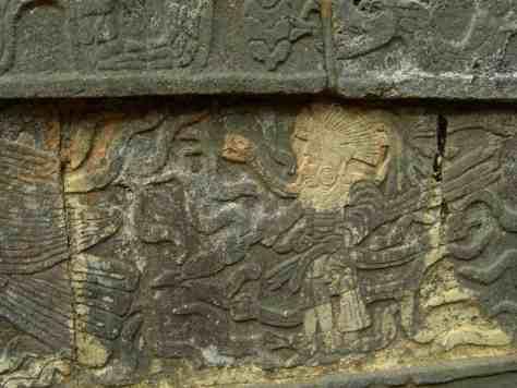Eingravierte Krieger und Adler am Tzompantli in Chichen Itza