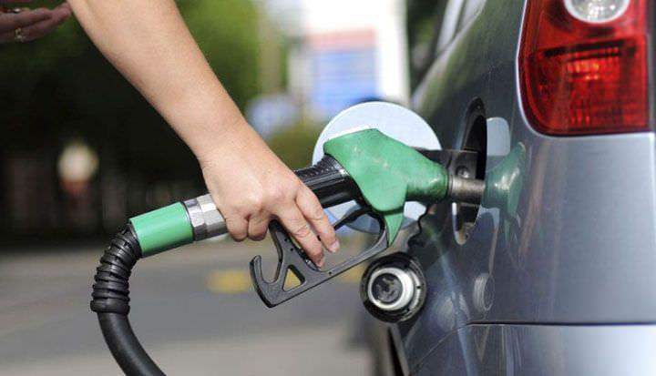 Preço da gasolina vai cair 4% nas refinarias, anuncia Petrobras