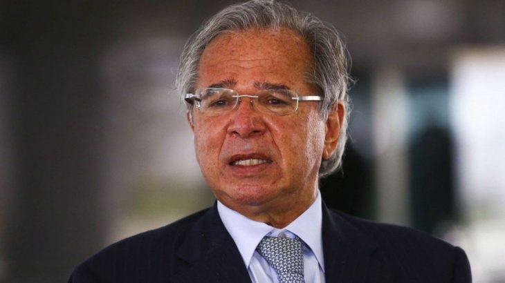 Paulo Guedes anuncia que governo vai estender pagamento do auxílio emergencial